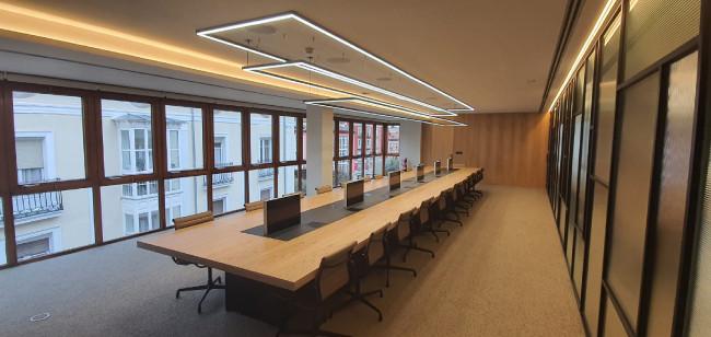Благодаря использованию выдвижных мониторов зал переговоров становится более удобным и адаптивным для разных задач.